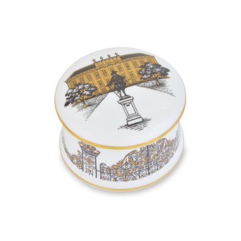 This elegant bone china trinket box features the gates of Kensington Palace. Hand decorated in the UK with fine gold detailing.