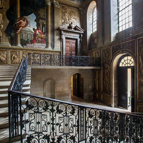 The King's Stairs is decorated with elaborate painted ceilings and walls depicting William III dominating a group of Roman emperors who represent the King's Catholic enemies, as well as a banquet of the Gods. This was painted by Antonio Verrio.