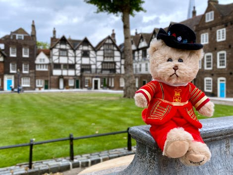Toy teddy bear in Beefeater uniform